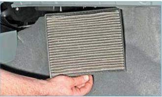 Полностью вынимаем фильтр из корпуса климатической установки. Новый фильтр устанавливаем в обратной последовательности.