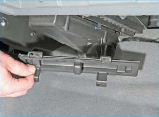 …и снимаем крышку с корпуса климатической установки.