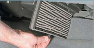 Выдвигаем фильтр из корпуса климатической установки до упора в ковровое покрытие пола …