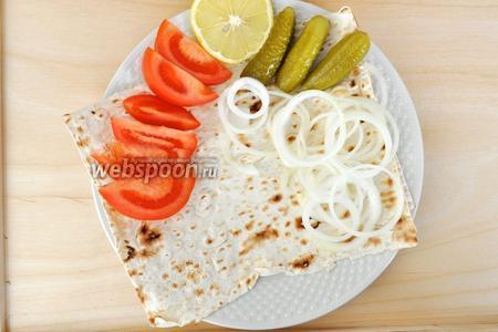 Сервируем тарелку. На тарелку выкладываем лаваш, в него впитаются вкусные соки от мяса, овощи и лук.